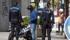 Die Polizei führt auf den Straßen Kontrollen durch, um die Einhaltung der Ausgangssperre zu überprüfen. Foto: EFE