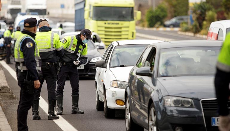 Die Policía Local überprüft Verkehrsteilnehmer in Santa Cruz. Foto: EFE