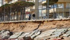 Castell-Platja d'Aro in der Provinz Girona ist eine der Küstenstädte, die am schlimmsten durch den Sturm Gloria geschädigt wurden. Das beliebte Tourismusziel an der Costa Brava will seine Promenade bis zum Sommer wieder in instand setzen. Kostenpunkt der Maßnahme: 1,8 Millionen Euro Foto: EFE