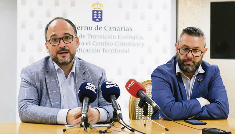Der Leiter des kanarischen Umweltamtes, José Antonio Valbuena (l.), und der Vizeleiter des Ressorts für den Kampf gegen den Klimawandel, Miguel Ángel Pérez, kündigten das Verbot an, das ab 1. Januar 2021 für Einwegplastikprodukte wie Wattestäbchen, Trinkhalme, Wegwerfbesteck etc. gelten soll. Foto: Gobierno de canarias