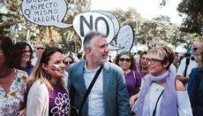 Kanarenpräsident Ángel Víctor Torres und die Regionalministerinnen Noemí Santana (li) und Elena Máñez (re) nahmen an der Demonstration zum Weltfrauentag am 8. März teil.