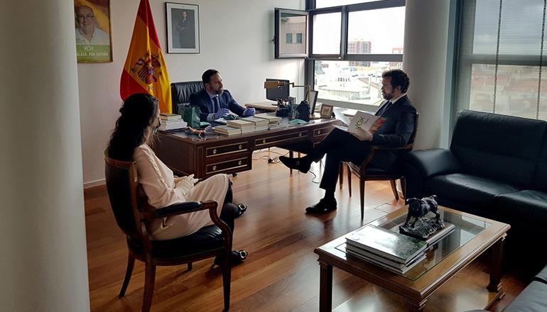 Vox-Chef Santiago Abascal (mitte) und der parlamentarische Sprecher Iván Espinosa de los Monteros (re.) sowie 14 weitere Abgeordnete der Partei arbeiten seit dem gestrigen Montag wieder in ihren Büros im Kongress. Foto: EFE