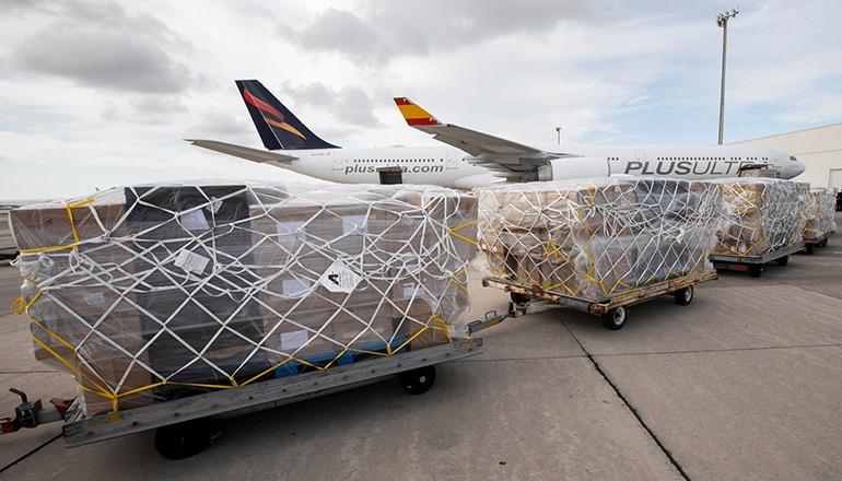 Am 11. April landete auf dem Flughafen von Gran Canaria erstmals eine Maschine, die direkt aus China medizinisches Material auf die Kanarischen Inseln flog. 100.000 Wattetupfer für Corona-Tests, 36.000 Schutzanzüge verschiedener Arten, 10.000 Kittel, 20.000 Gesichts-Schutzschilder, 150.000 FPP2-Masken und 150.000 chirurgische Masken sowie 50.000 Tests waren Teil der Ladung. Foto: EFE