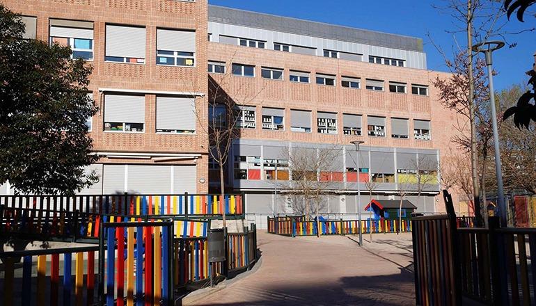 Eine Grundschule in Madrid: Die Schulgebäude und Pausenhöfe sind seit Wochen im Dornröschenschlaf. Noch ist unklar, wie die Schulleistungen dieses Jahres zu bewerten sein werden. Foto: EFE