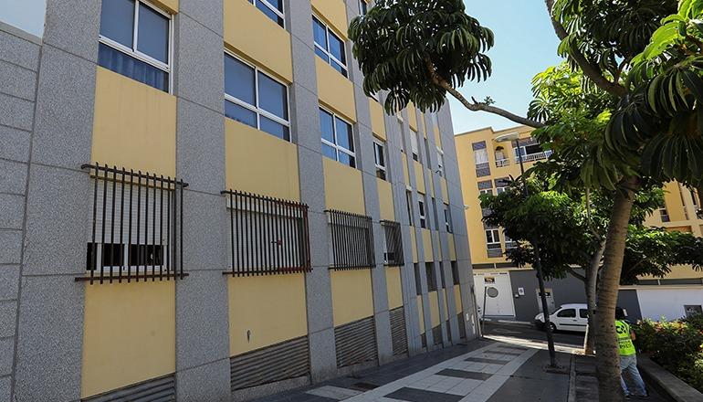 In diesem Häuserblock in der Calle Naval in Las Palmas befindet sich die Wohnung des Opfers. Foto: EFE