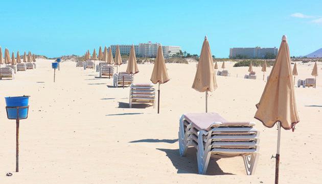 Der Corona-Shutdown traf die Kanaren in der Hochsaison mit aller Wucht. Leere Hotels und verwaiste Strände (oben Corralejo auf Fuerteventura) prägten an Ostern das Bild. Nun richtet sich die Hoffnung der Regionalregierung auf den Sommer und darauf, Hotels, zumindest für kanarische und andere Gäste aus dem Inland, wieder öffnen zu können. Foto: EFE