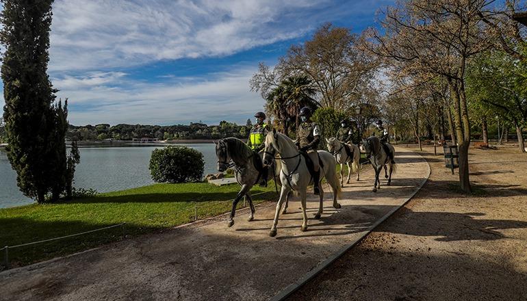 Die königliche Garde patrouilliert im Stadtpark Casa de Campo in Madrid. Foto: EFE