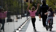 Nach 43 Tagen konnten die Kinder erstmals wieder in Begleitung eines Erwachsenen auf die Straße hinaus. Foto: EFE