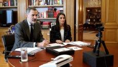 König Felipe VI. und Königin Letizia bei einer der vielen Videokonferenzen, die sie dieser Tage führen, um das Geschehen rund um Corona zu verfolgen. Foto: Efe