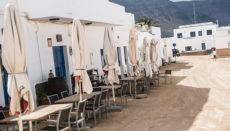 """Auf den Inseln, die seit 4. Mai in """"Phase 1"""" der Deeskalation sind, dürfen Bars und Restaurants ihre Terrassen im Freien seit dem 4. Mai für die Hälfte der üblichen Gästezahl öffnen. Das Foto zeigt eine Terrasse auf der kleinen Kanareninsel La Graciosa. Foto:EFE"""