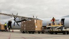 Flughafenmitarbeiter beim Entladen der Maschine Foto: EFE
