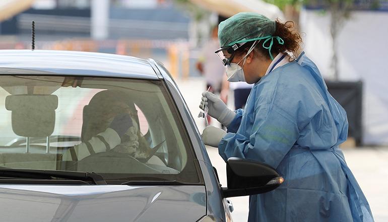 """Beim Museum Elder in Las Palmas de Gran Canaria wurde eine Art """"Drive-in"""" eingerichtet, um Abstriche bei Angestellten im medizinischen Bereich vorzunehmen, die Symptome zeigen. Die zu testenden Personen müssen auf diese Weise ihr Auto nicht verlassen. Foto: EFE"""