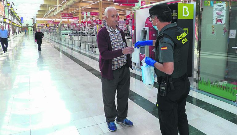 Ein Beamter der Guardia Civil verteilt Mundschutz an Kunden im Einkaufszentrum Alcampo in La Orotava. Foto: Moisés Pérez