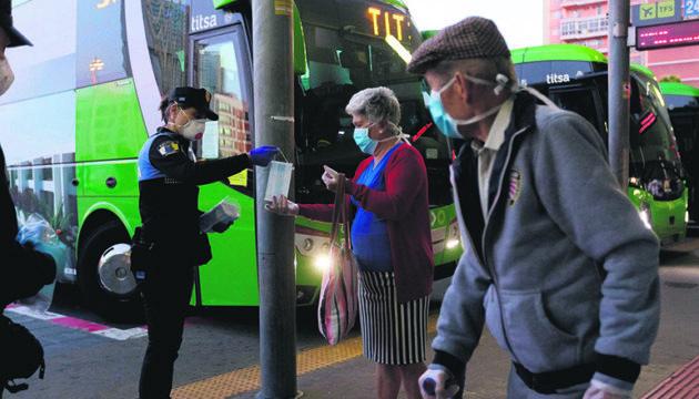 Eine Polizistin im selben Einsatz am Busbahnhof von Santa Cruz foto: efe