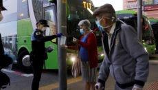 Santa Cruz: Beamte der Lokalpolizei verteilten Einweg-Mund-Nasen-Schutz am Busbahnhof von Santa Cruz de Tenerife. Foto: EFE