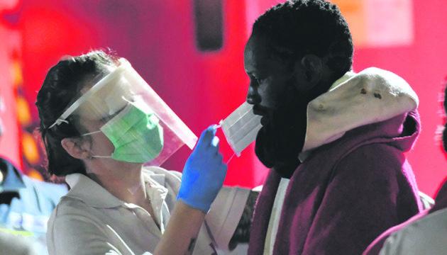 Atemmasken sollen die Helfer und die Migranten vor einer möglichen Ansteckung mit dem Coronavirus schützen. Fotos: EFE