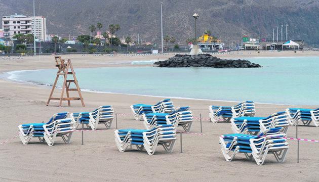 Der Strand Las Vistas in Los Cristianos am Karfreitag. Wann die Urlauber zurückkehren werden, ist weiter ungewiss. Foto: EFE