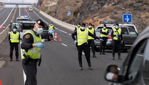 Am Karfreitag kontrollierten Beamte der Guardia Civil auf Teneriffas Südautobahn jedes Fahrzeug. Wer keinen triftigen Grund hatte, unterwegs zu sein, musste umdrehen. Fotos: EFE