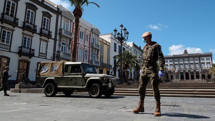 Soldaten wachen über die Einhaltung der Ausgangssperre auf der Plaza de Santa Ana in Las Palmas de Gran Canaria. Foto: EFE