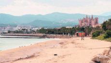 Der Strand Playa de Can Pere Antoni in Palma de Mallorca am Ostersonntag. Auf den Balearen hätte mit Ostern die Hochsaison beginnen sollen. Foto: EFE