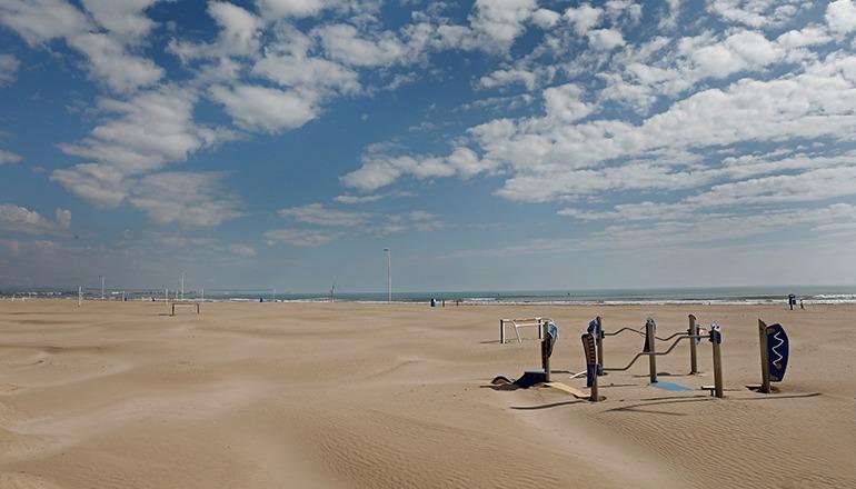 Ein leerer Strand in Valencia – die spanischen Urlaubsgebiete trifft die Coronavirus-Krise bisher am härtesten. Foto: EFE
