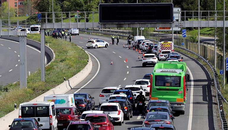 An den Ausfahrtstraßen von Madrid bildeten sich aufgrund der Kontrollen Staus. Foto: EFE