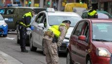 Eine Patrouille der Lokalpolizei, unterstützt vom spanischen Militär, führt in Saragossa Verkehrskontrollen durch. Foto: EFE