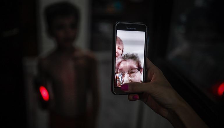 In einigen Heimen verfügen die Bewohner über eigene Smartphones, sodass sie mit Unterstützung der Pfleger über das eigene Telefon mit ihren Familien kommunizieren können. Foto: EFE