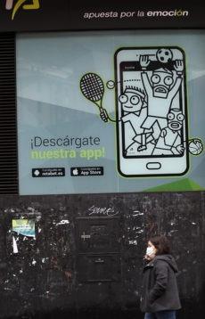 Eine Straßenwerbung in Bilbao für eine Glücksspiel-App Foto: EFE