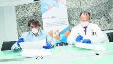 Jorge Marichal (l.) und Pedro González von der Laborfirma Eurofins Megalab bei der Unterzeichnung des Abkommens Foto: Ashotel