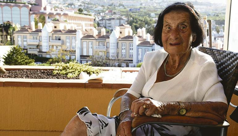 """Charlotte Feigel war bis zuletzt geistig fit. Bei ihrem letzten Teneriffa-Besuch im Alter von 108 Jahren sagte sie im Gespräch mit dem Wochenblatt über ihren Tagesablauf zu Hause: """"Da wird geschafft, der Haushalt gemacht, gekocht"""". Nur die Gartenarbeit überließ sie anderen. Foto: Moisés Pérez"""