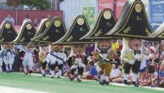 Eine der beliebtesten Traditionen im Rahmen der Feierlichkeiten zu Ehren der Schutzheiligen Virgen de las Nieves ist der Tanz der Zwerge (danza de los enanos). Es entspricht einer besonderen Ehre, einen Zwerg darstellen zu dürfen, und der Tanz ist alles andere als einfach. Die Personen, die in den Zwergenkostümen stecken, können beim Tanzen die Beine nur von den Knien abwärts bewegen. Damit sie etwas sehen, ist in die Spitze des Hutes ein verstecktes Fenster eingebaut. Foto: Moisés Pérez