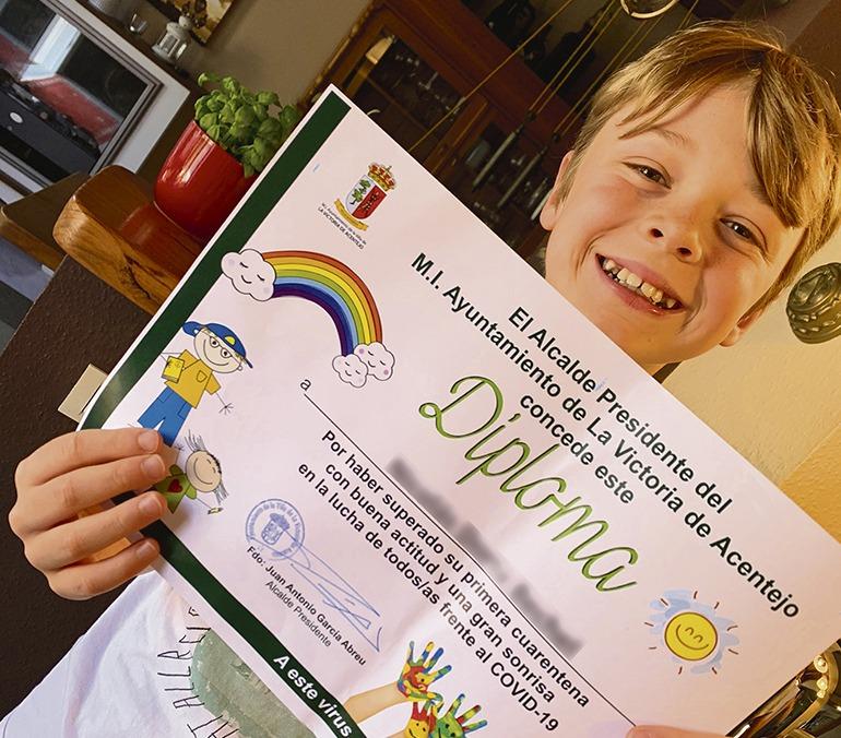 """""""Der Bürgermeister weiß, wer ich bin!"""" – Die """"kleinen Helden"""" von La Victoria erfüllte die persönliche Urkunde mit Stolz, die sie von Bürgermeister Juan Antonio García Abreu erhielten. Foto: WB"""