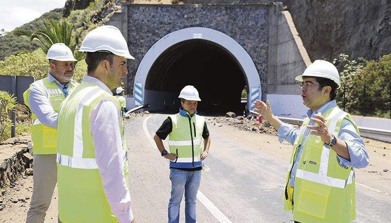 Die Höhe, in der die Arbeiten durchgeführt werden müssen, und die Beschaffenheit des Untergrunds erschweren die Hangsicherung, erklärte Pedro Martín (r.), der gemeinsam mit dem Leiter des Inselverkehrsamts (l.) und Los Realejos' Bürgermeister, Manuel Domínguez (2.v.l.), das Ausmaß des Schadens begutachtete. Fotos: Cabildo TF
