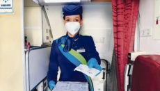 Eine Flugbegleiterin von Binter bietet antiseptische Feuchttücher an. Foto: Binter