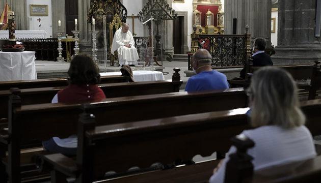 Den ersten Gottesdienst in der Kathedrale Santa Ana in Las Palmas feierte Bischof Francisco Cases. Foto: EFE