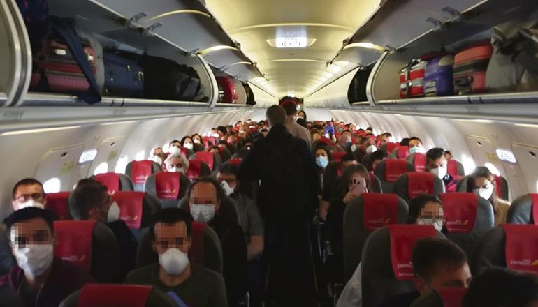 Passagiere des Fluges von Iberia Express am 10. Mai von Madrid nach Gran Canaria posteten Bilder, die zeigten, dass die Maschine fast voll war. Der Fernsehsender TVE sprach von einer Belegung von 86% (155 von 180 Plätzen). Foto: EFE