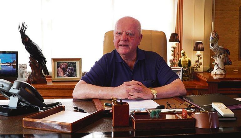 Der Loro Parque-Präsident an seinem Schreibtisch, von dem aus er die Videobotschaft aufnahm, die auch auf der facebook-Seite des Wochenblatt angesehen werden kann. Foto: LP