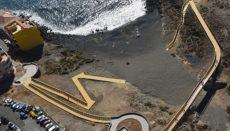 Auf dem neuen, komplett aus Holz gebauten Weg gibt es fünf Ruhezonen mit Bänken und Pergola als Sonnenschutz sowie einen Aussichtspunkt und eine kleine Plaza beim Strand von Los Abrigos. Foto: Cabildo de Tenerife