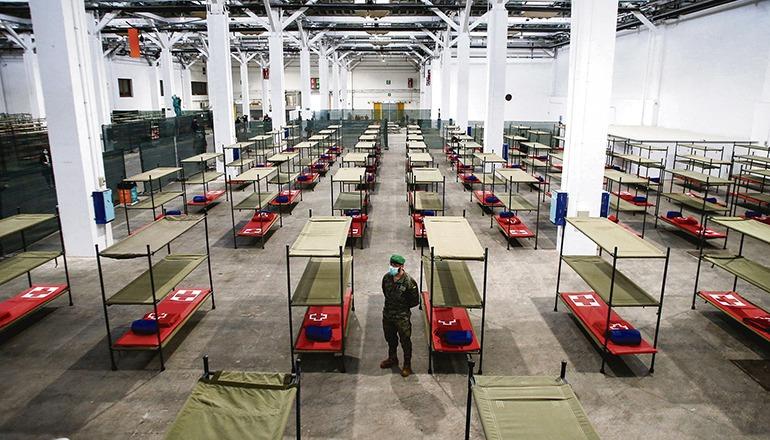 Eine der Messehallen in Barcelona, die wohnungslosen Menschen in der Corona-Krise Zuflucht bieten. Foto: EFE