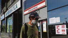"""Ein Mann geht an einem Arbeitsamt in Madrid vorbei. Die """"Oficinas de Empleo"""" sind zurzeit für den Publikumsverkehr nicht geöffnet. Anträge werden während des Alarmzustandes online gestellt und bearbeitet oder automatisch verlängert. Foto: EFE"""