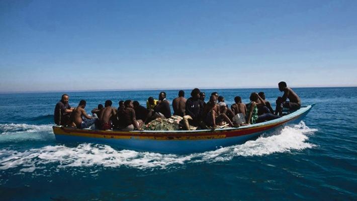 Ein Migrantenboot im Mittelmeer Foto: EFE