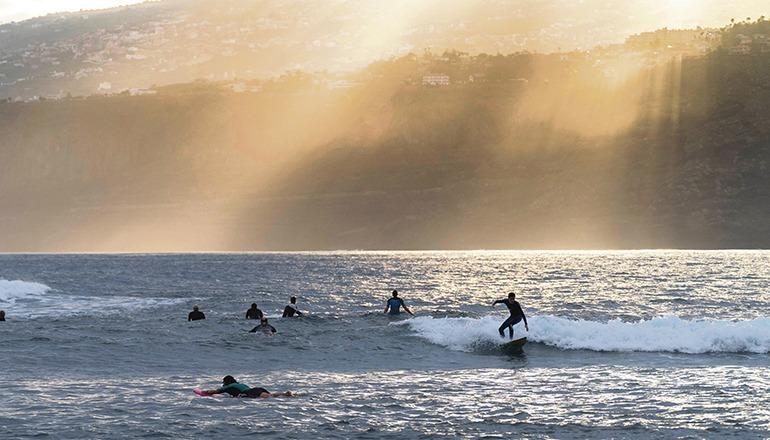 Surfer am Martiánez-Strand in Puerto de la Cruz. Foto: MIGUEL BARRETO/EFE