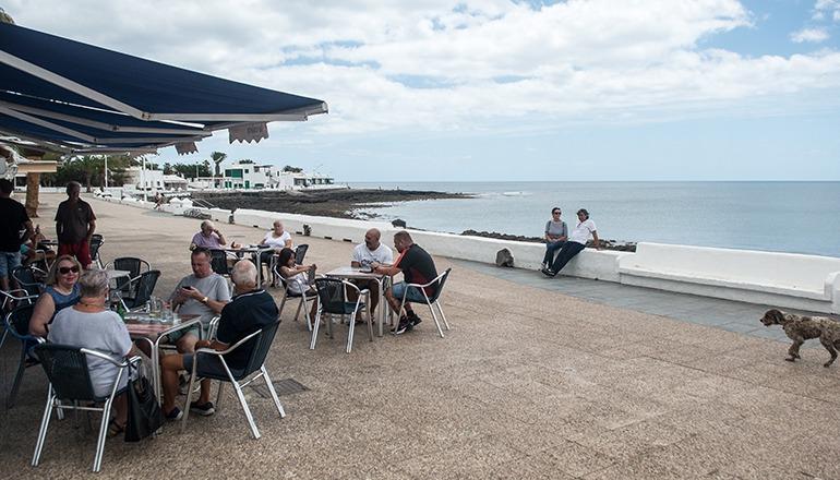 Gäste am 11. Mai auf einer Café-Terrasse in Playa Honda auf Lanzarote Foto: EFE