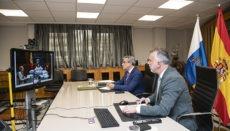 Der Präsident der kanarischen Regierung, Ángel Víctor Torres (im Vordergrund), und der Leiter des Finanzressorts, Román Rodríguez, bei der Videokonferenz mit Finanzministerin Montero am 13. Mai. Foto: Gobierno de Canarias