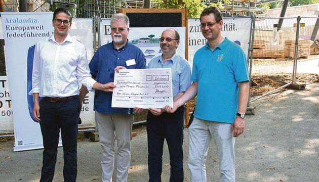 Eine Spende in Höhe von 20.000 Euro für die Loro Parque Fundación, übergeben am Netzpatentag.