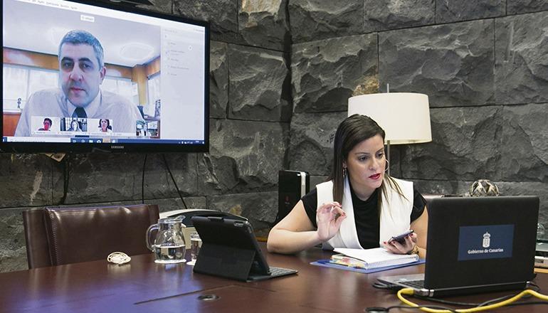 Yaiza Castilla im Gespräch mit dem Generalsekretär der Welttourismusorganisation, Zurab Pololikashvili Foto: gobierno de canarias
