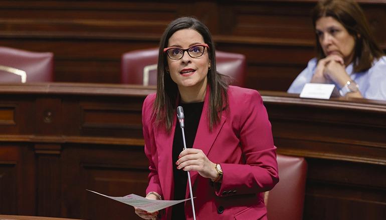 Yaiza Castilla sprach im Parlament über die verschiedenen Schritte und Maßnahmen, die von ihrem Ressort aus vorgesehen sind, um den Tourismus wiederzubeleben. Foto: Gobierno de Canarias