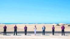 Cabildo-Präsident Antonio Morales und die Bürgermeisterin von San Bartolomé de Tirajana, Concepción Narváez (Mitte), stellten die sechs Mitarbeiter vor, die künftig für die Dünen zuständig sind. Foto: Cabildo de gran Canaria