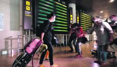 Ein Passagier mit Maske auf dem Flughafen in Valencia Foto: EFE